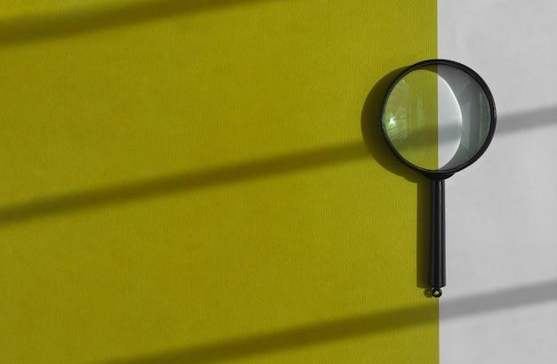 Черная лупа на солнечном желто-белом фоне инструмент поиска на баннере с copyspace