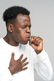가슴을 만지는 천식 독감 알레르기 기관지염 결핵으로 고통받는 흑인 기침