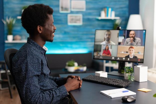 オンライン会議のビデオ通話をしている黒人男性