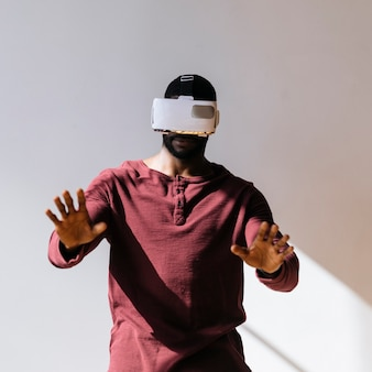 Черный мужчина испытывает виртуальную реальность с шаблоном социальной сети vr-гарнитуры