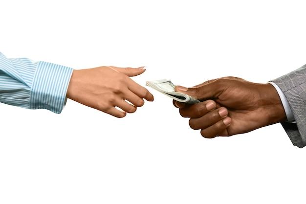흑인 남자는 돈을 줍니다. 암시장 작동 방식. 당신에게 속한 것을 가져 가라. 공정한 가격.