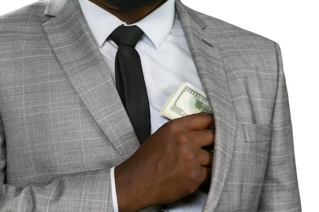 현금을 숨기고 있는 흑인. 배고픈 눈을 피하십시오. 탐욕을 먹이십시오. 숨기는 것이 더 안전합니다.