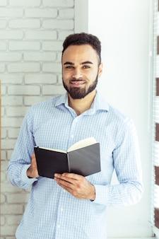 本を持っている黒人男性