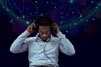 黒人男性が音楽を聴く