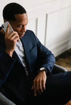 時間を見て電話の黒人男性