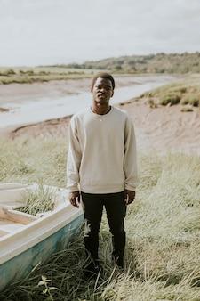 黒人男性のアウトドアアパレルが水辺で撮影