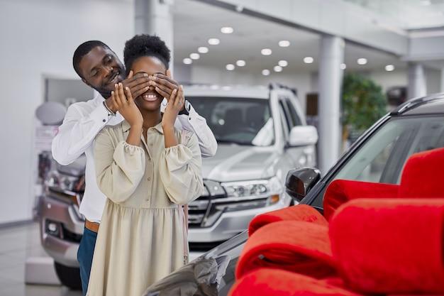 黒人男性が妻にプレゼントを用意し、プレゼントとして新車を贈ろう
