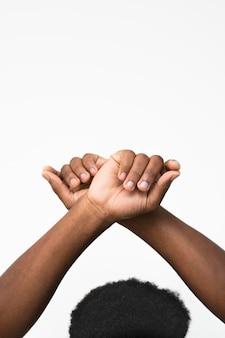 그의 손을 올리는 흑인 남자