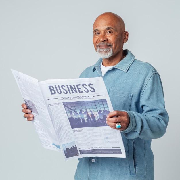 新聞を読んでいる黒人男性