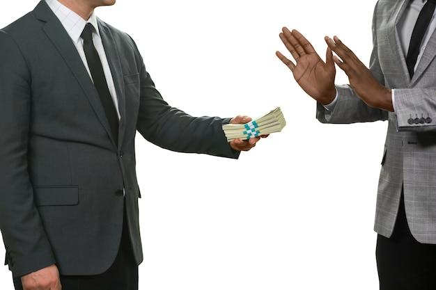 흑인 남자는 돈을 거부합니다. 악을 받아들이지 마십시오. 준법시민. 정직과 용기.