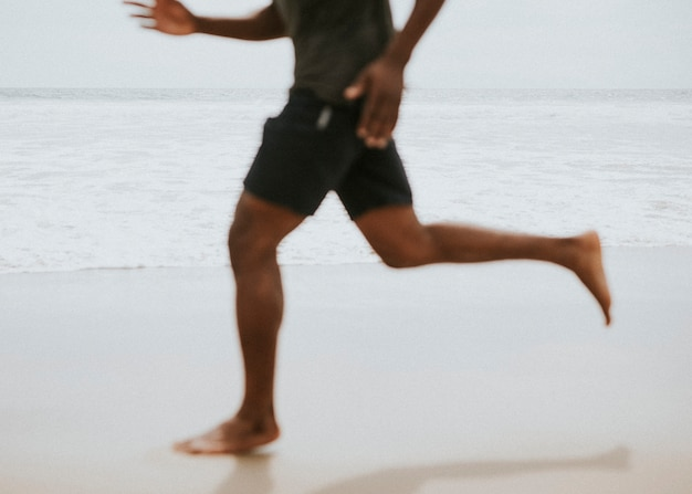 해변에서 달리는 흑인