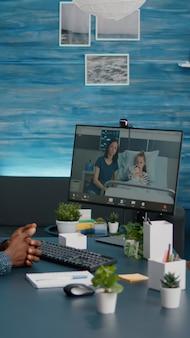 Черный мужчина разговаривает с женой о здоровье ребенка, пока они лежат в больничной палате