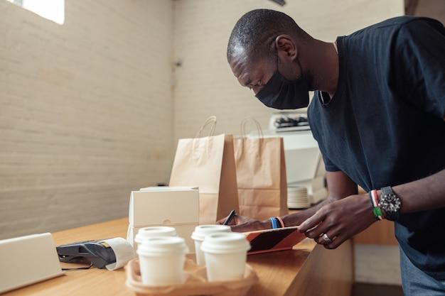 Covid 전염병에서 배달원을 일하는 흑인