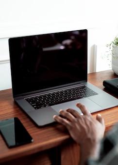 노트북 화면에서 일하는 흑인