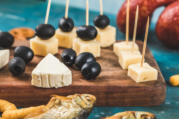 さまざまなチーズと黒のマリネオリーブ