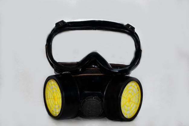 흰색 배경에 있는 검은색 마스크 호흡기는 기도를 보호합니다