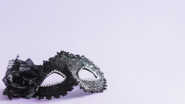 Черная маска с цветком