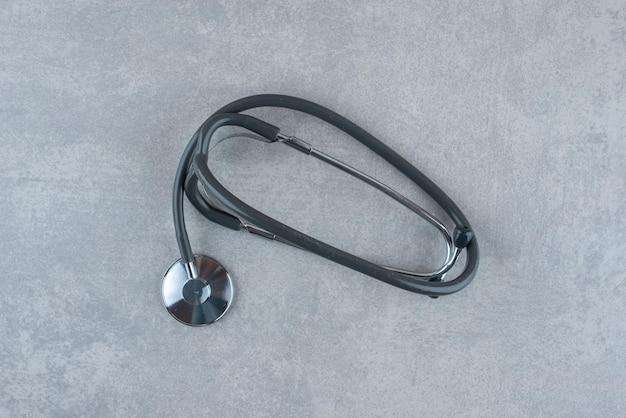 Stetoscopio medico nero su grigio