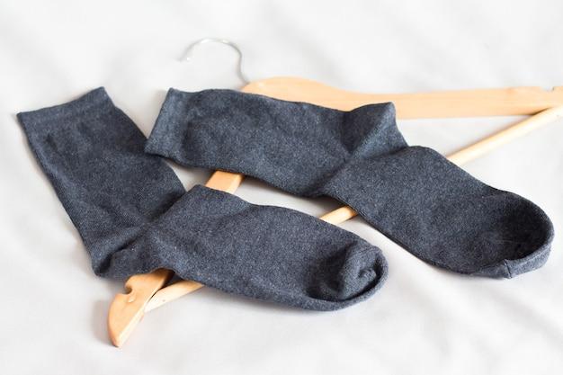 ハンガーの近くの寝室にある黒人男性用靴下_