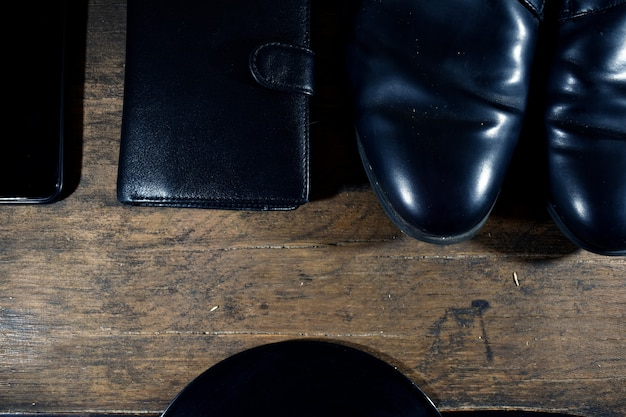 黒人男性のワードローブ。靴、財布、電話