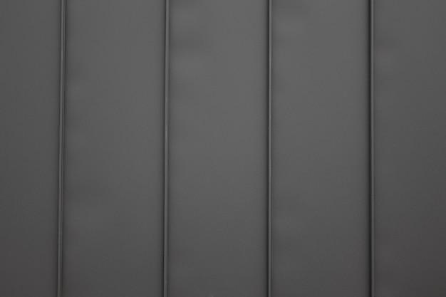 세로 줄무늬가 있는 검은색 금속 배경.