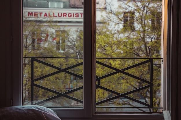 Стеклянное окно в черной металлической раме