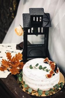 검은 금속 랜턴, 장미, 무화과 케이크, 노란 오크 잎, 나무 갈색 상자.