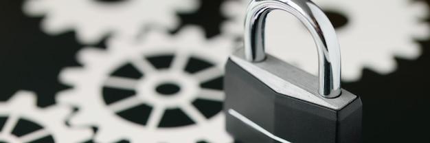 Черный металлический замок, стоящий на крупном плане экрана планшета. концепция безопасности данных