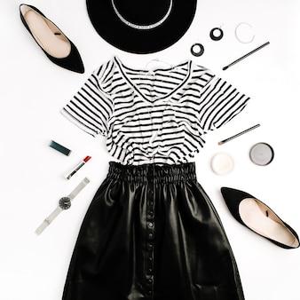 Черная современная одежда и аксессуары. юбка, футболка, шляпа, обувь, помада, часы, пудра на белом фоне. плоская планировка, вид сверху.