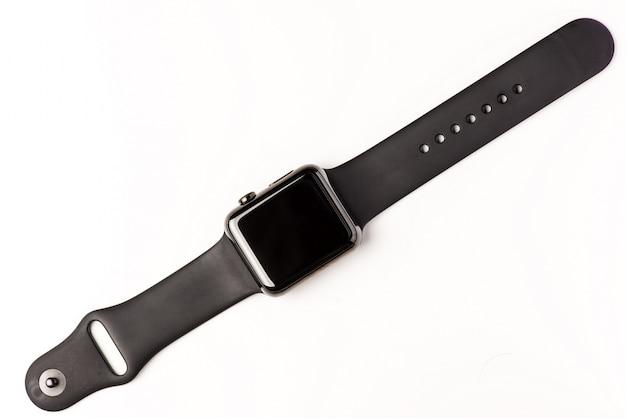白い背景にある黒い近代的なスマートな腕時計