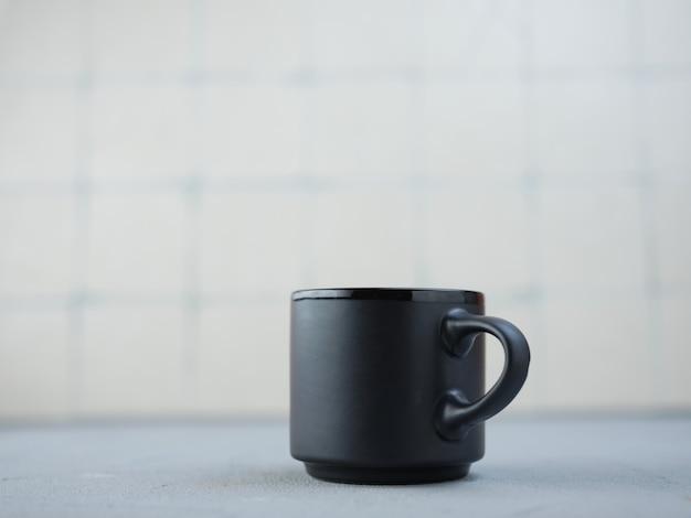 台所のテーブルの上の黒いマグカップ