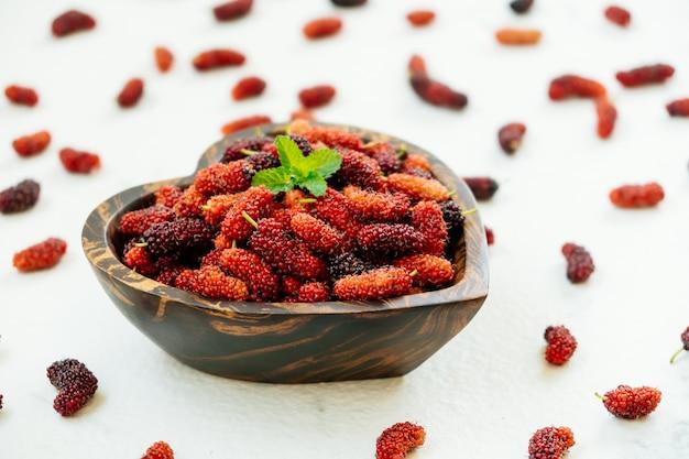 그릇에 검은 뽕나무 열매