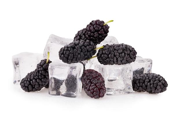 Черная шелковица в кубиках льда. отсечения путь