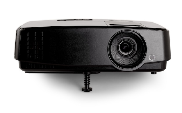 白い背景の上の黒いマルチメディアプロジェクター。閉じる