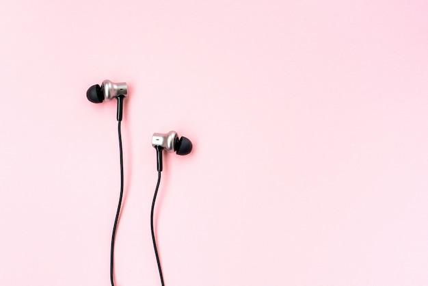 ピンクのパステルカラーのスマートフォン用ブラックミュージックイヤホン。