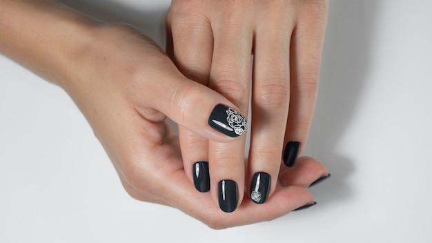 Черные ногти с нейл-артом