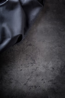 검은 콘크리트 보드에 검은 냅킨 식탁보.