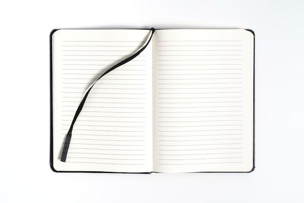 Черный ноутбук на белом фоне с обтравочным контуром
