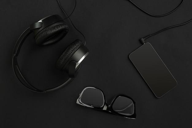 黒の背景に黒のオブジェクト。上面図。静物。コピースペース