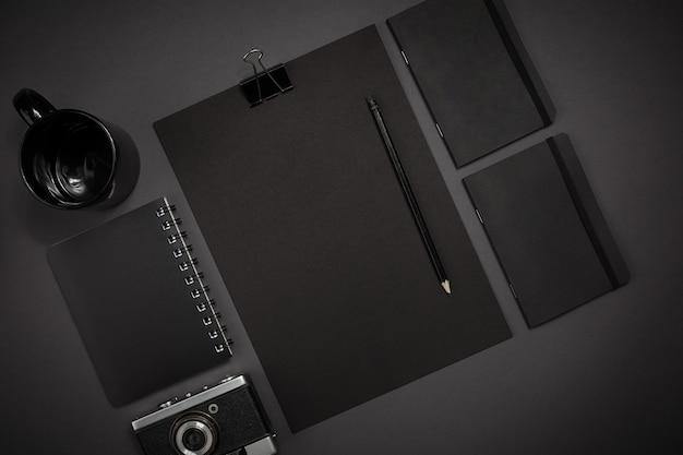 濃い灰色の背景にオフィスからの黒いオブジェクトが動作します