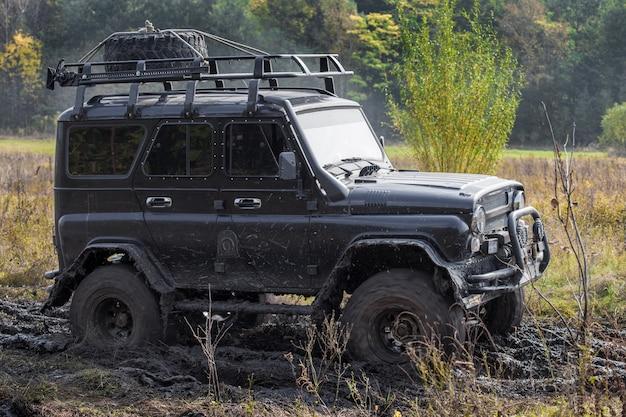 진흙 속에서 움직이는 검은색 오프로드 자동차