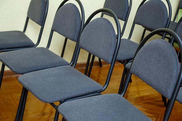 회의실에서 검은 사무실 의자.