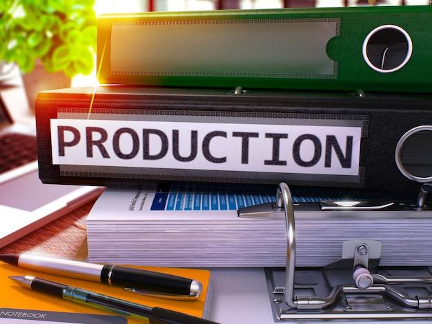 사무용품과 현대적인 노트북이 있는 사무실 데스크탑에 비문 생산이 있는 검은색 office 폴더. 흐린 배경에 생산 비즈니스 개념입니다. 프로덕션 - 톤 이미지. 3d.