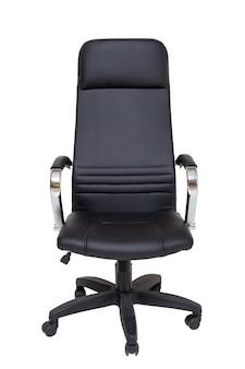 白で隔離される車輪の上の黒のオフィス革張りのアームチェア。正面図