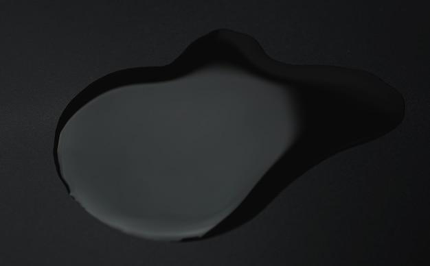 黒の背景に黒の油汚れ