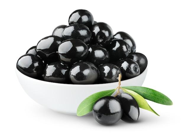 흰색 배경에 고립 된 흰색 세라믹 그릇에 검은 올리브