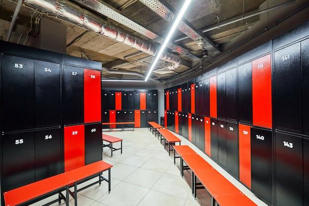 Черный оранжевый шкафчики в тренажерном зале. многие люди принимают решение больше тренироваться, чтобы поддерживать себя в форме и быть здоровыми