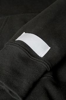 コピースペースの服タグのクローズアップと黒の衣装