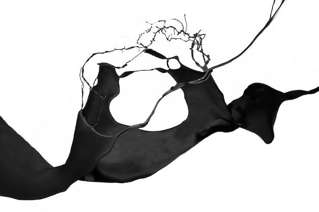 Всплеск черной краской на белом фоне