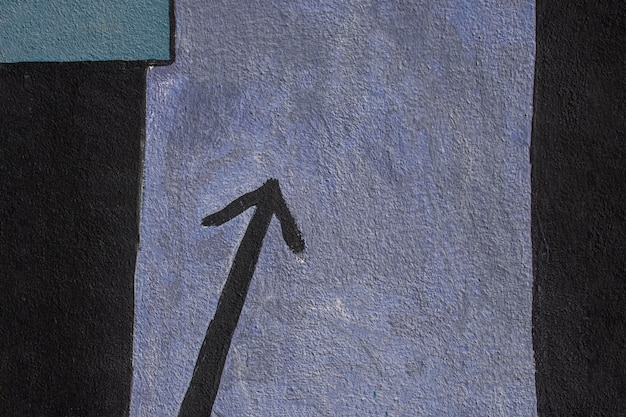 Vista dall'alto freccia dipinta di nero
